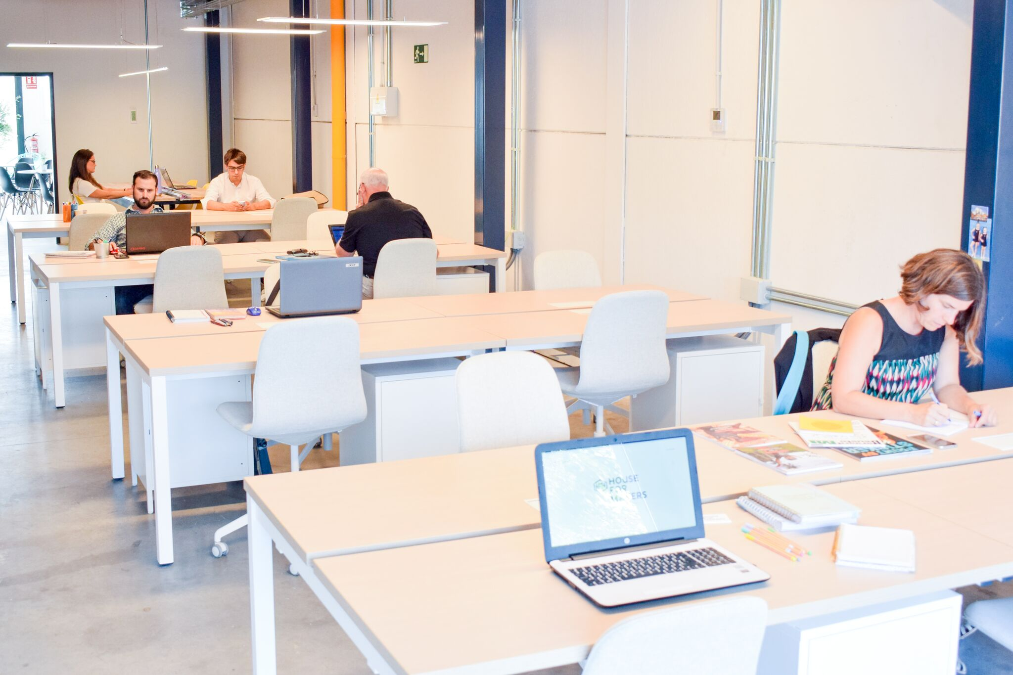coworking industrial en Madrid - mesas de trabajo